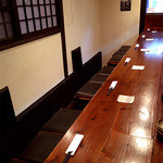 かんべえ - 1階のカウンター席です。6名様がお座りいただけます。もちろんカウンター席でもお鍋のご注文OKです!