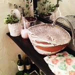 かんべえ - お手洗いにもグリーンを置いて快適な空間にしております。