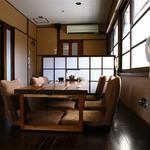 かんべえ - 2階のお座敷には座椅子もご用意。ゆっくりとお食事をお楽しみください。