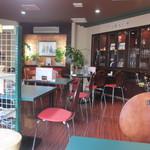 ハニーカレー - お店はカウンター席とゆっくりとしたテーブル席に分かれてますがここはタバコ屋さんに併設してあるので全席喫煙レストラン。