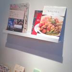 23829878 - 机の壁に料理本が置いてあります。