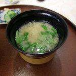 北瑞苑 - 温かいお味噌汁。湯気が写ってなかった。