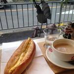 Pannoie - タマゴフランスは人気で品切れ中、焼き上がりを待っての注文。