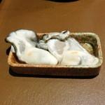 産直屋 たか - 豊後生牡蠣(左)七尾生牡蠣(右)