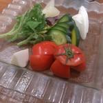 生野菜の盛り合わせ。追加料金でバーニャカウダにもできます。