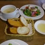 23850747 - セットメニュー(B)のサラダ、スープ、パン