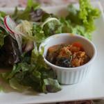 旧ヤム邸 - 1)日替わりサラダ:鶏肉のカポナータとサラダ