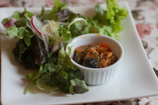 旧ヤム邸 中之島洋館 - 1)日替わりサラダ:鶏肉のカポナータとサラダ