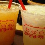 三びきの子ぶた - 左 モモのジュース。右 幸水(梨)のジュース