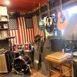 カントリー ハウス - 店内には ライブの時の楽器が・・