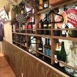 IL PIGRO - 壁にはずらーっとこだわりのワインたちが!あなたのお好みのワインを探してみてください!