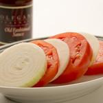 スライスしたトマトとオニオンの盛り合わせ