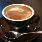 シャンデリア テーブル - カフェラテコンパンナ。イタリアの酸味があるカフェラテ 。ちょっと苦い/渋いと感じた。