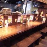 まるしま - カウンター奥の厨房 この日はスタッフ2人だけ