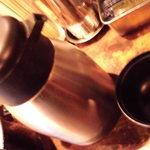 まるしま - お代り自由のポットに入った味噌汁と乾燥わかめの入った器 味はsoso