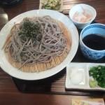 手打ちそば 元寿庵 - 薬味も充実。山葵と大根下ろしに加えて大根と人参のの膾でコレがまた旨い!