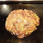 小町 - 料理写真:お好み焼き ミックス(タコ、イカ、豚)
