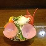 寿海 - 毎回、デコレーションが変わる野菜サラダ。女の子達に人気です。