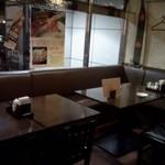 過橋米線 - 窓際のテーブル席
