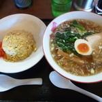 中華麺屋たのしや - 今回注文の醤油ラーメン580円と半チャーハン300円