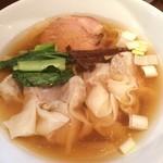 中華そば 睦月 - ワンタンメン! 手の込んだ、心を擽る限定などハイレベルなお店へ!  無化調らしじんわりとしたスープにザラザラ感のある自家製麺!  ワンタンは餡が本格的な中華料理のようなお肉タップリなワンタン!わかりずらっ…  これだけでは満足できないそそるメニューがあります。
