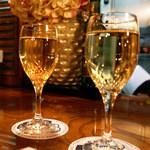 23894106 - グラス白ワイン(2014年1月/撮影)