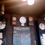 23895676 - 中央の現在時を指す時計以外すべて11時2分の長崎原爆投下時間を指している