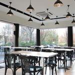 ウィラーエクスプレスカフェ - 白を基調とした、スタイリッシュで開放的な空間