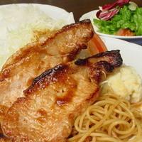 厳選洋食さくらい - はちみつで一週間マリネした黒豚をジンジャーソースで焼き上げました。この豚のカツサンドも美味しいです。
