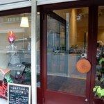 Cafe Weg - 入口は右側です。