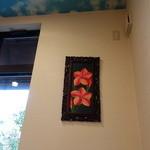 ホヌハレカフェ - 壁には南国の花が