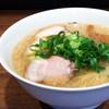 らーめん一途 - 料理写真:当店のスープは上層は甘みにあるマイルドな背脂、中層は鶏がら醤油のあっさりチキンスープ、下層はピリッと辛い一味のアクセント。  食べ進むうちに味の変わる三層構造のスープです。レンゲを使っても美味しく召し上がれますが、どんぶりを持ってスープを飲んで頂くと  より一層美味しく召し上がれます。