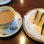 丸福珈琲店 千日前本店 - モーニングを頂くことにしました。                             トーストのセットだとちょっと寂しい感じなので、ミニサンドのセットにしました。                             ドリンクは、コーヒー・カフェオレ・紅茶の中から選べます。