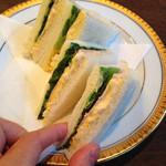 丸福珈琲店 千日前本店 - ホントにミニサンド。                             アタシの小さい手で持ってもかなりミニです。