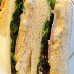 丸福珈琲店 千日前本店 - 中身は玉子マヨペースト・ハム・レタス。                             とてもオーソドックスなサンドイッチ。