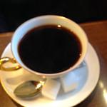 丸福珈琲店 千日前本店 - ドリンクのおかわりは280円。                             コーヒーを頂きました。                             器は宮内庁ご用達の大倉陶園のものだそうです。