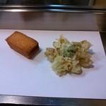 与太呂本店 - 和紙に置かれる揚げたての天ぷら