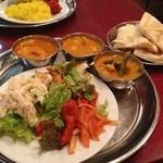 サクティ - 手前にサラダ、奥にカレー、別皿にナンとサフランライス