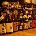 あがりや - カウンターに並ぶ豊富な酒類