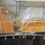 新世界グリル 梵 - 8枚切りくらいの食パンがいっぱい