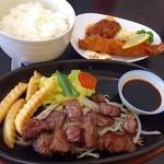 西洋食房 芝 - メインのサイコロステーキ、メンチカツ、海老フライ。これにご飯がついているのでとてもお腹いっぱいになります。