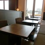 イグカフェ - (店内)テーブル席