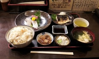 丸 - 刺身と焼き魚のスペシャル定食