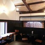 粉焼庵 - 2階は梁の見える天井のテーブル席