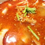 聚中縁餃子 - スープの表面
