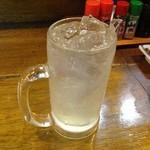 寿海 - 酎ハイレモン。毎回、凍らせたジョッキで出してくれます。ジョッキが大きく、焼酎も濃いです。