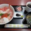 泉屋 - 料理写真:海鮮丼 900円 味噌汁、紅生姜付き
