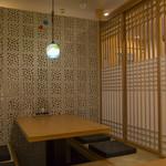 小麦庵 - 沖縄コルクを用いた、モダンな個室は、ゆったりとくつろげる居心地のよい空間です。どんなシーンにも利用できるので、ぜひ早めの予約を。沖縄県産食材をいかした料理とお好みのお酒で楽しいひとときを!