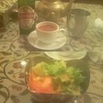 アジャンタ 京都店 - 上:セットのスープとドリンク。ドリンクはアルコールも可能。スープは、トマトとセロリなど、結構本格的。下:セットのサラダ。トマトとかオニオンとか利かせてあって、地味にうまい