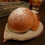 セブンストック - グラタンのセットのパン(自家製パンとイスズベーカリーさんのバケット)